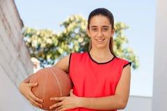 Muchacha del estudiante del adolescente con una bola de la cesta Fotos de archivo