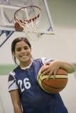Muchacha del estudiante del adolescente con una bola de la cesta Foto de archivo libre de regalías