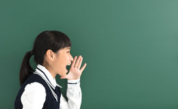 Muchacha del estudiante del adolescente que grita antes de pizarra Foto de archivo libre de regalías