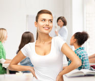 Muchacha del estudiante en camiseta blanca en blanco en la escuela Imágenes de archivo libres de regalías
