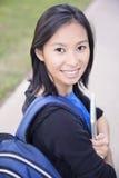 Muchacha del estudiante en campus imagenes de archivo