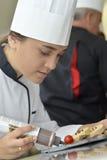 Muchacha del estudiante en escuela del restaurante Foto de archivo