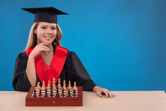 Muchacha del estudiante en fondo azul Fotos de archivo