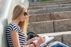 Muchacha del estudiante en la escalera Imagen de archivo