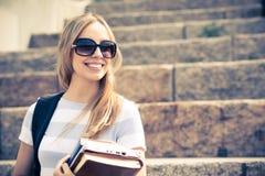 Muchacha del estudiante en la escalera Imágenes de archivo libres de regalías