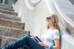 Muchacha del estudiante en la escalera Imagenes de archivo