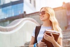 Muchacha del estudiante en la escalera Imagen de archivo libre de regalías