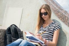 Muchacha del estudiante en la escalera Fotografía de archivo libre de regalías