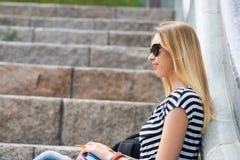 Muchacha del estudiante en la escalera Fotos de archivo libres de regalías