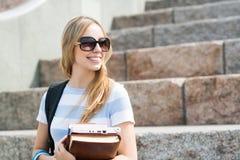 Muchacha del estudiante en la escalera Foto de archivo libre de regalías