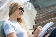 Muchacha del estudiante en la escalera Foto de archivo