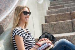 Muchacha del estudiante en la escalera Fotos de archivo