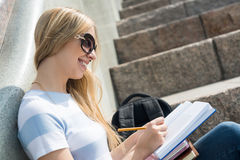 Muchacha del estudiante en la escalera Fotografía de archivo