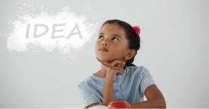 Muchacha del estudiante en la tabla que mira para arriba contra la pizarra blanca con el texto de la idea imagen de archivo libre de regalías