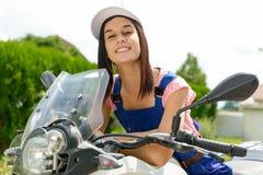 Muchacha del estudiante en mecánicos de la moto Fotografía de archivo