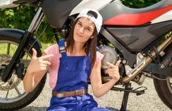 Muchacha del estudiante en mecánicos de la moto Foto de archivo