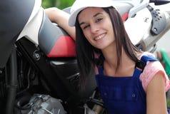 Muchacha del estudiante en mecánicos de la moto Fotos de archivo