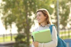 Muchacha del estudiante que camina al aire libre Imagenes de archivo