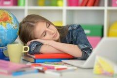 Muchacha del estudiante que duerme en los libros Foto de archivo libre de regalías