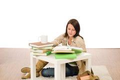 Muchacha del estudiante que estudia a casa sentarse en suelo Fotos de archivo libres de regalías