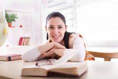 Muchacha del estudiante que estudia de los libros Foto de archivo libre de regalías