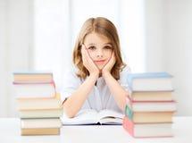 Muchacha del estudiante que estudia en la escuela Foto de archivo libre de regalías