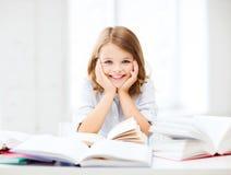 Muchacha del estudiante que estudia en la escuela Imágenes de archivo libres de regalías