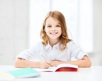 Muchacha del estudiante que estudia en la escuela Fotografía de archivo libre de regalías