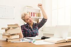 Muchacha del estudiante que estudia en la tabla por completo de libros Fotografía de archivo