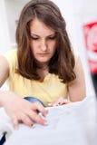 Muchacha del estudiante que hace la prueba Imagen de archivo libre de regalías
