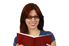 Muchacha del estudiante que lee un libro aislado Imagen de archivo
