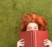 Muchacha del estudiante que miente con el cuaderno Imágenes de archivo libres de regalías