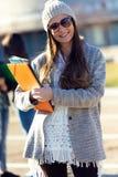 Muchacha del estudiante que mira la cámara en el campus de la universidad Fotografía de archivo libre de regalías