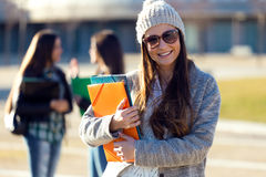 Muchacha del estudiante que mira la cámara en el campus de la universidad Imagen de archivo