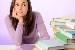 Muchacha del estudiante que mira a un lado la pila de libros Foto de archivo