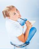 Muchacha del estudiante que piensa en examen Foto de archivo