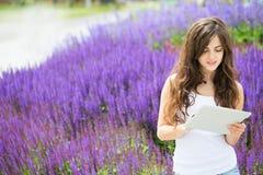 Muchacha del estudiante que usa el cojín imagenes de archivo