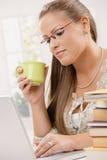 Muchacha del estudiante que usa el ordenador portátil Fotografía de archivo