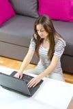 Muchacha del estudiante que usa la computadora portátil Imagen de archivo