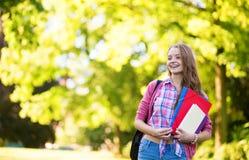 Muchacha del estudiante que vuelve a la escuela y a la sonrisa Imagen de archivo libre de regalías