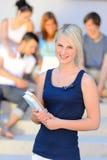 Muchacha del estudiante universitario del verano que sonríe con los amigos Imagen de archivo libre de regalías