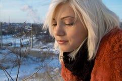 muchacha del fondo del invierno con la flor fotos de archivo