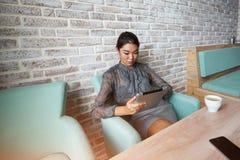 Muchacha del Freelancer que trabaja en la tableta digital imágenes de archivo libres de regalías