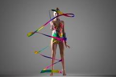 Muchacha del gimnasta con la cinta Fotografía de archivo libre de regalías