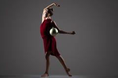Muchacha del gimnasta que ejercita con la bola Imágenes de archivo libres de regalías