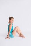 Muchacha del gimnasta que se sienta encima de derecho Imagenes de archivo