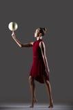 Muchacha del gimnasta que sostiene la bola Imagenes de archivo