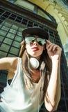 Muchacha del golpeador con los auriculares en una ciudad europea Imagen de archivo