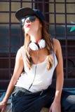 Muchacha del golpeador con los auriculares en una ciudad europea Imágenes de archivo libres de regalías