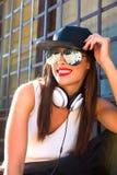 Muchacha del golpeador con los auriculares en una ciudad europea Imagenes de archivo